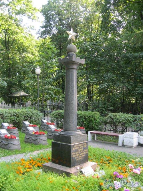 Красненькое кладбище. Братское воинское захоронение №1. Гранитная колонна в центре. Фото 6 августа 2015 г.