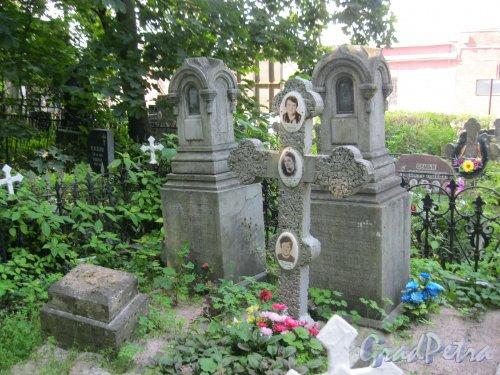 Красненькое кладбище. Захоронение Г.Н. Гришиной, А.Н. Крюковой, А.Н. Топорковой. Участок находится у входа на кладбище. Фото 6 августа 2015 г.