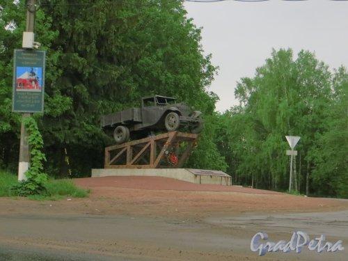 Памятник ГАЗ-АА «Полуторка», установленный 27 января 2012 года на 10 километре шоссе Дорога Жизни. Фото 25 мая 2015 года.