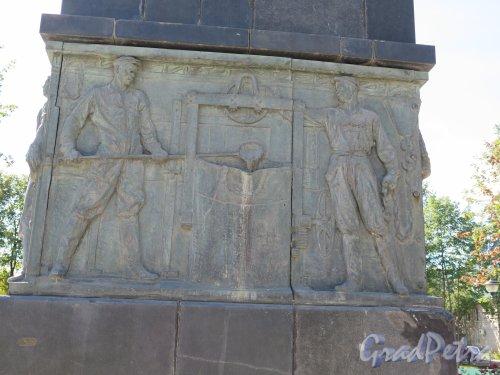 Памятник С.М. Кирову в г. Волхов, 1937, ск. Н.В. Томский. Барельеф на боковой стороне. фото август 2014 г.