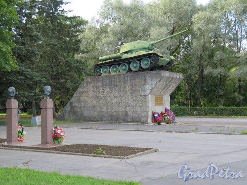 Памятник «Защитникам Киришской земли (1941-1943) танк Т-34 в г. Кириши на Пр. Героев. фото август 2014 г.