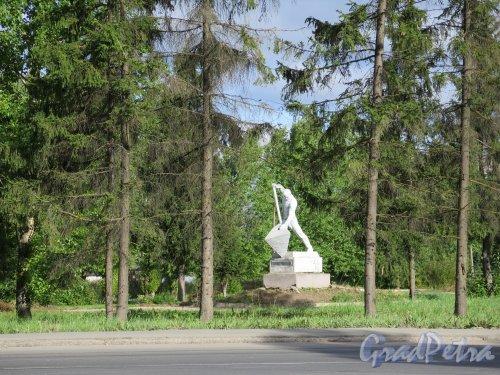 Памятник первостроителям г. Кириши на шоссе Энтузиастов. Общий вид. фото август 2014 г.
