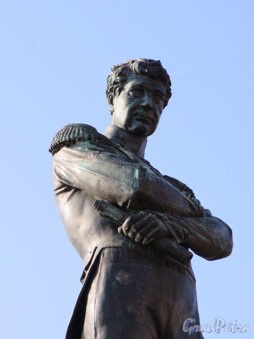 Памятник И. Ф. Крузенштерну на набережной Лейтенанта Шмидта. Вид фигуры с набережной. Фото сентябрь 2014 г.