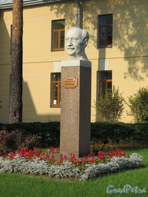 Памятник-стела А. Ф. Иоффе в сквере Физико-технического института. Адрес: Политехническая ул., д. 26. фото сентябрь 2014 г.