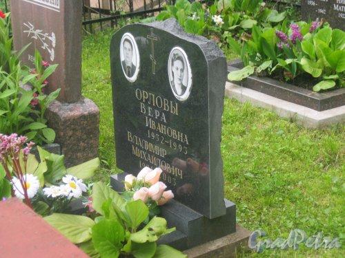 Лен. обл., Гатчинский р-н, пос. Сусанино, Вокзальная сторона. Захоронение В.И. Орловой (1932-1993) и В.И. Орлова (1931-2003). Фото 3 июня 2015 г.