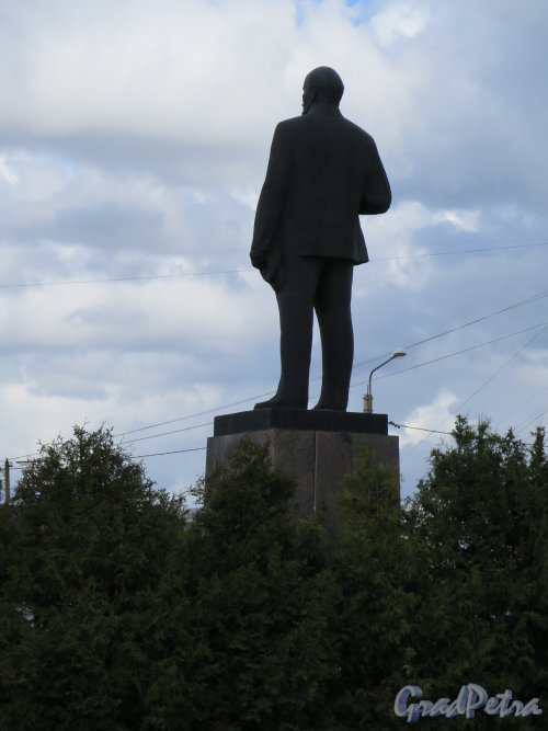 Памятник В.И. Ленину в городе Лодейное поле. Вид со спины. фото май 2015 г.