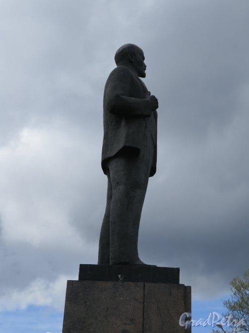 Памятник В.И. Ленину в городе Лодейное поле. Вид в профиль. фото май 2015 г.