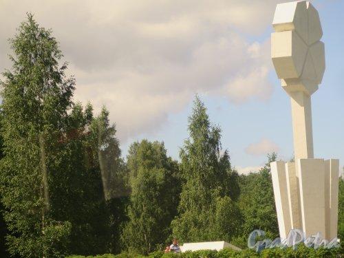 Мемориал «Цветок Жизни», 1968, арх. А. Левенков, П. Мельников, Вид сбоку. фото июль 2015 г.