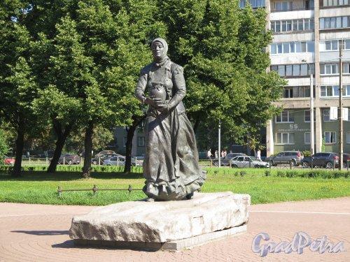 Памятник «Охтенка» в саду «Нева» у д. 8 по шоссе Революции, 2003, В профиль. фото август 2015 г.