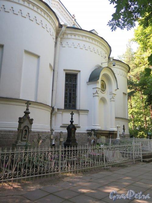 Шуваловское кладбище. Пастырские захоронения у церкви. фото август 2015 г.