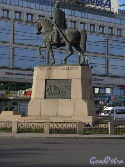 Памятник Александру Невскому на пл. Александра Невского. Вид со стороны Невы. фото май 2016 г.
