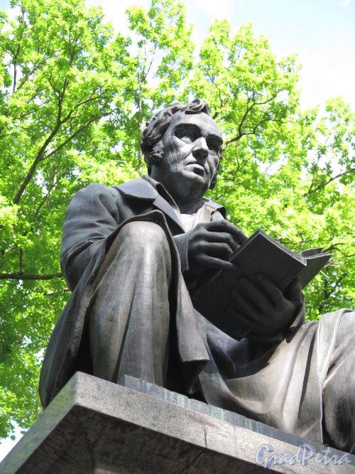 Памятник И.А. Крылову в Летнем Саду. Фигура И.А. Крылова. фото июнь 2016 г.