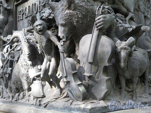Памятник И.А. Крылову в Летнем Саду. Скульптурная группа на пьедестале по мотиву басни «Квартет». фото июнь 2016 г.