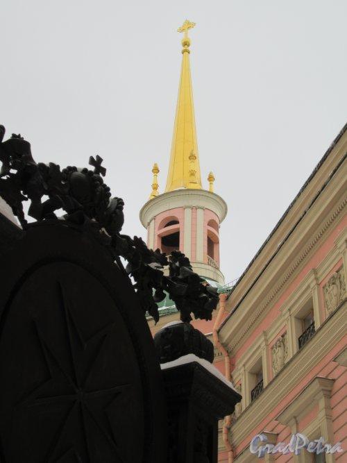 Памятник Павлу I. Садовая ул., 2. Двор Михайловского замка. Часть памятника с Мальтийским крестом. фото февраль 2018 г.