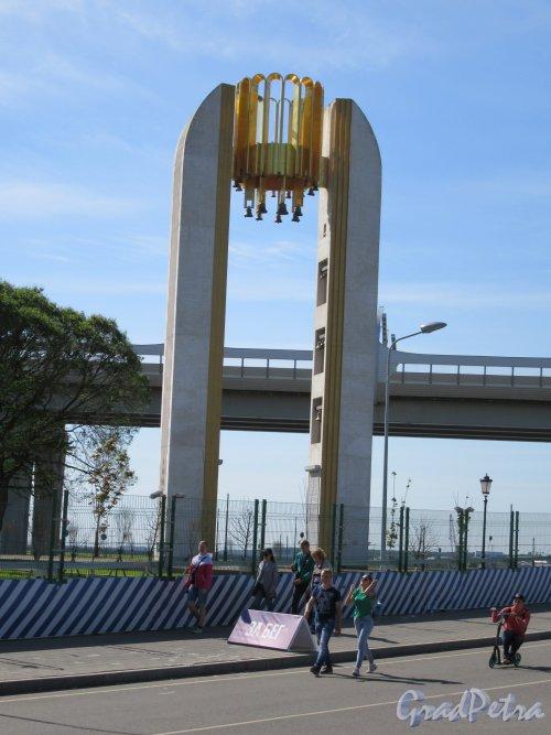 Юбилейная арка-звонница, 2002, арх. Игорь Гунст. Общий вид на фоне КАД. фото май 2018 г.