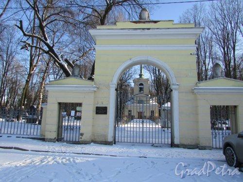 Главные ворота мемориального некрополя «Литераторские мостки». Фото 6 февраля 2020 года.