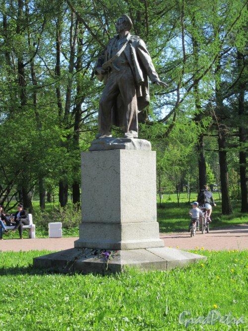 Памятник моряку-балтийцу в Приморском Парке Победы, 1957,  ск. Л.И. Штеренштейн. Общий вид анфас. фото май 2018 г.