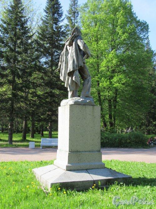 Памятник моряку-балтийцу в Приморском Парке Победы, 1957,  ск. Л.И. Штеренштейн. Вид со спины. фото май 2018 г.