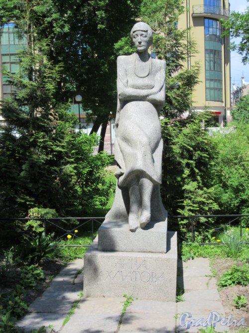 Памятник А.А. Ахматовой в саду  Гимназии № 209