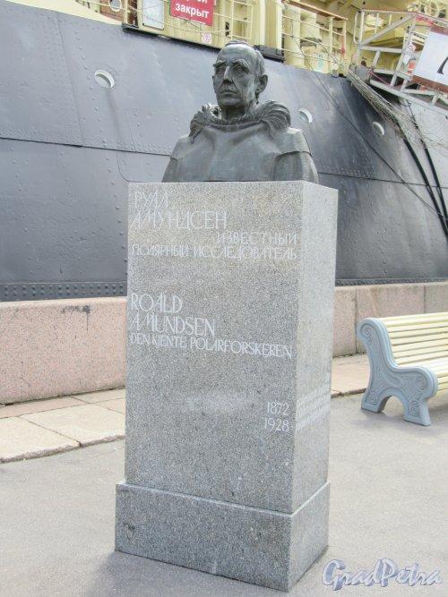 Памятник Руалу Амундсену, ск. К. Паульсен, арх. В.С. Васильковский, установлен в 1972 г. у ААНИИ, перенесен в 2018 на наб. Лейтенанта Шмидта у 23-й линии ВО. фото июнь 2018 г.
