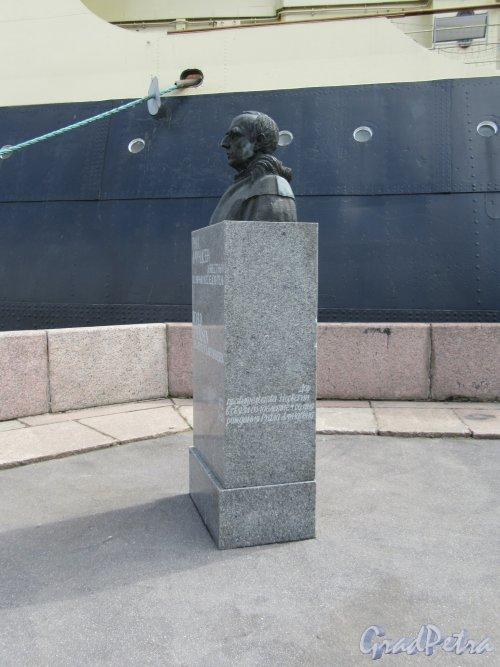Памятник Руалу Амундсену, ск. К. Паульсен, 1938. Адрес: Наб. Лейтенанта Шмидта, у д. 12. Общий вид в профиль. фото июнь 2018 г.