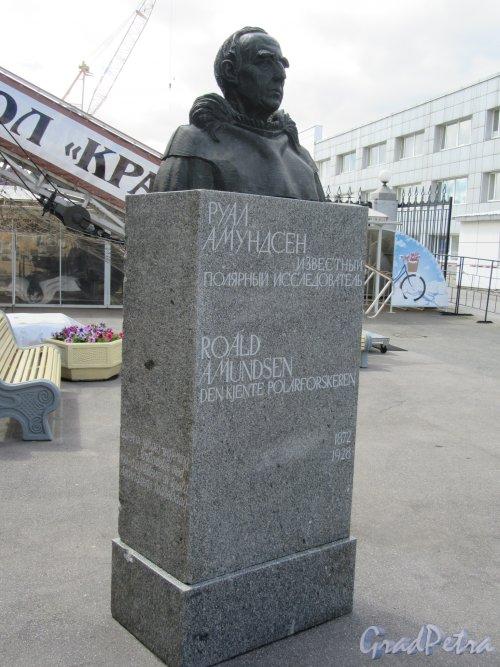 Памятник Руалу Амундсену, ск. К. Паульсен. Адрес: наб. Лейтенанта Шмидта у 23-й линии ВО. Общий вид анфас. фото июнь 2018 г.