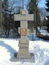 Шуваловский парк, д. 41. Поклонный крест у церкви. Фото апрель 2012 г.