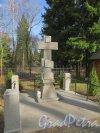 Шуваловский парк, д. 41. Поклонный крест у церкви св. Апостолов Петра и Павла. Фото апрель 2014 г.