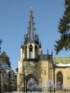 Шуваловский парк, д. 41, лит. А. Церковь св. Апостолов Петра и Павла. Колокольня со шпилем над входным порталом. Фото апрель 2012 г.