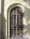 Шуваловский парк, д. 41, лит. А. Церковь св. Апостолов Петра и Павла. Южный фасад. Окно. Фото апрель 2012 г.
