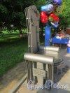 Александровский парк. Кресло в честь Татьяны Пилецкой, установленное перед театром «Балтийский Дом». Общий вид. Фото 5 июня 2014 года.