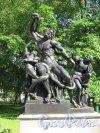 Верхний парк (Ораниенбаум). Липовая аллея. Скульптура «Лаокоон и сыновья, погибающие от змей». фото август 2015 г.