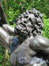 Верхний парк (Ораниенбаум). Липовая аллея. Скульптура «Лаокоон и сыновья, погибающие от змей». фрагмент. фото август 2015 г.