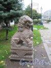 Сквер Дружбы. Каменный лев в перспективе Литейного пр. фото октябрь 2017 г.