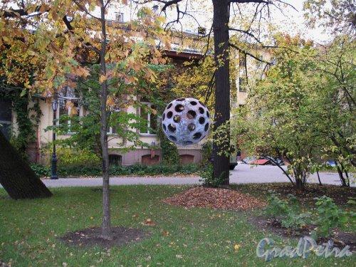 Измайловский сад. Адрес: наб. реки Фонтанки, д. 114. Сквер и скульптура. Фото октябрь 2011 г.