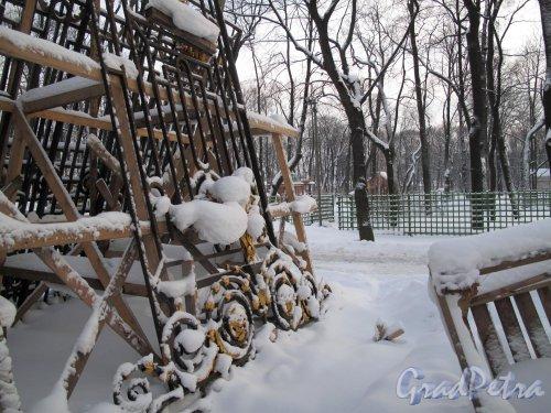 Летний сад. Невская решетка зимой во время подготовке к реставрации. Фото январь 2011 г.