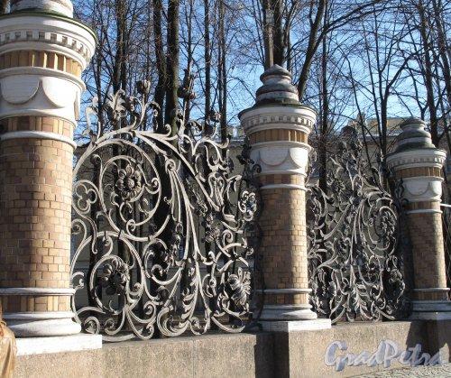 Михайловского сад. Фрагмент ограды  со стороны канала Грибоедова. Фото апрель 2011 г.