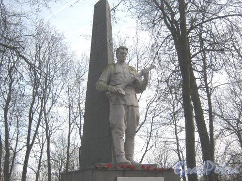 г. Красное Село, парк Красное Село. Братская могила Советских воинов в парке. Обелиск. Фото 24 февраля 2014 г.