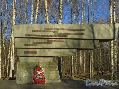 Парк Сосновка. Мемориальный комплекс в память о военном аэродроме «Сосновка». Правое «крыло» монумента. Фото 26 марта 2014 года.