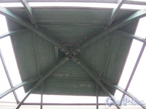г. Петергоф, Верхний сад (парк). Крытая (зелёная) аллея. Потолок в беседке. Фото 27 марта 2014 г.