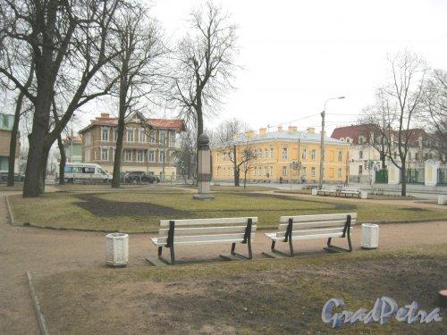 г. Петергоф, Сквер между Правленской ул. и Санкт-Петербургским пр. Фото 27 марта 2014 г.