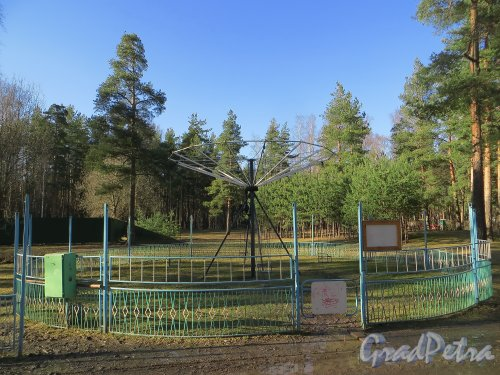 Детская карусель в парке Сосновка.  Фото 26 марта 2014 года.
