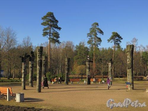 парк Сосновка. Площадка Чансын. Скульптурные изображения древних корейских духов. Общий вид. Фото 26 марта 2014 года.