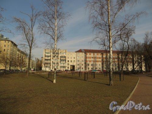 Перспектива Опочининского сада вдоль Среднегаванского проспекта в сторону Опочининой улицы. Фото 11 апреля 2014 года.