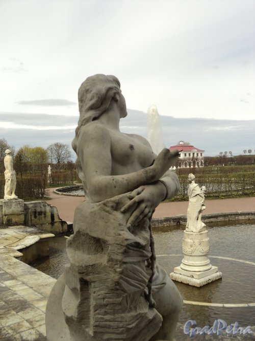 Петродворец, Нижний парк. Каскад «Золотая гора». Состояние скульптур, украшающих каскад. Фото 19 мая 2010 года.