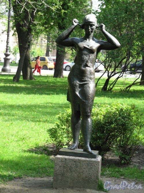 Александровский парк. Скульптура «Девушка, завязывающая косынку». Фото май 2014 г.