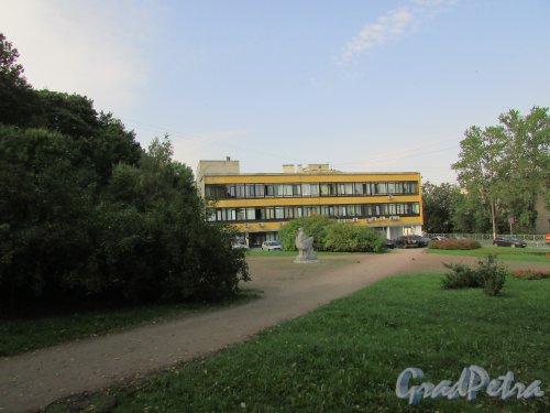 Сквер без названия № 14088 на Дворцовом проспекте в городе Ломоносове между домом 22а и домом 30. Фото 18 сентября 2015 года.
