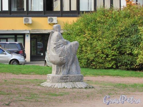 Сквер без названия № 14088 на Дворцовом проспекте в городе Ломоносове между домом 22а и домом 30. Скульптура «Утренняя звезда». Фото 18 сентября 2015 года.