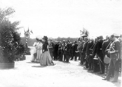 Группа участников смотра на молебне на Марсовом поле в день 10-летия конно-полицейской стражи. Фото 11 июня 1908 года.