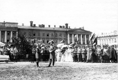 Группа чинов полиции и гостей у столов с наградами во время смотра на Марсовом поле в день 10-летия конно-полицейской стражи. Фото 11 июня 1908 года.